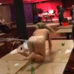 金髪女性がマンコに液体を入れて回転しながら噴射するという芸を見せてる動画