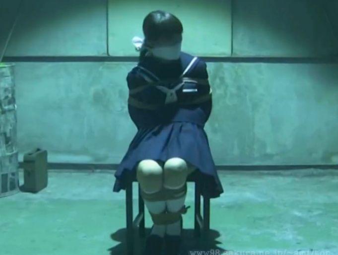 廃工場で緊縛放置されたセーラー服の美少女
