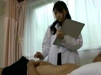 【手コキ】患者の勃起チンポに我慢できずについ手が伸びちゃう美人女医